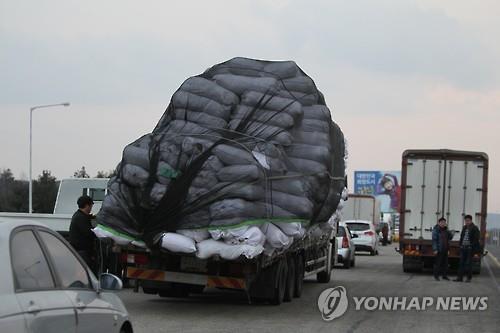 资料图片:2016年2月,韩国宣布关闭开城工业园区,图为韩企撤出在朝物资。 韩联社