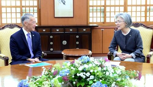 6月12日,韩国外交部长官康京和(右)会见国际疫苗研究所所长金杰罗姆。 韩联社/韩国外交部供图(图片严禁转载复制)