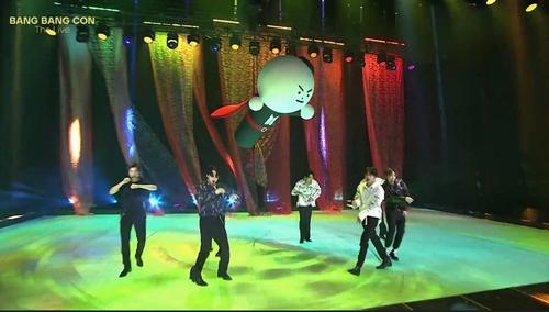 防弹少年团演唱《Anpanman》。 韩联社/Big Hit娱乐供图(图片严禁转载复制)