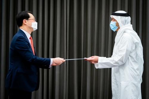 资料图片:金健(左)和阿卜杜拉 外交部供图(图片严禁转载复制)