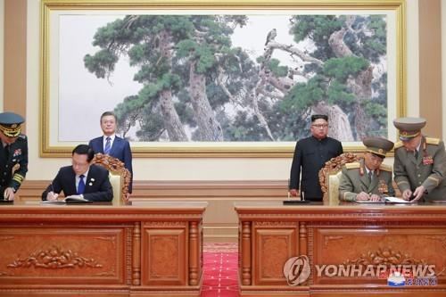 资料图片:2018年9月19日,在朝鲜平壤,韩朝签署《九一九军事协议》 韩联社/朝中社(图片仅限韩国国内使用,严禁转载复制)