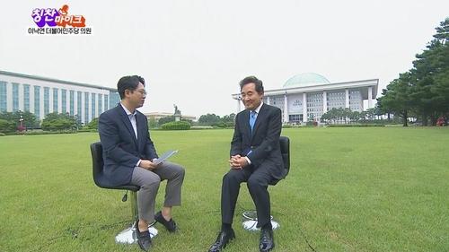 6月19日,在国会,李洛渊(右)做客《称赞麦克风》节目。韩联社