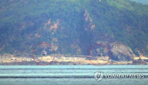 6月19日,从仁川市瓮津郡大延坪岛望去,朝鲜海岸炮炮门打开。 韩联社