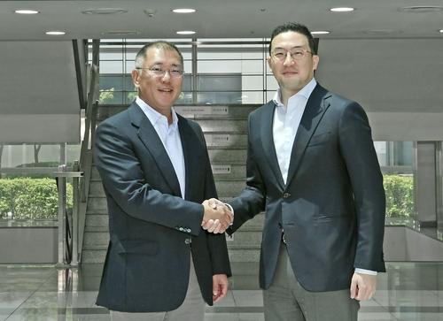 6月22日,在LG化学梧仓工厂,郑义宣(左)和具光谟会面,双方讨论了加强电动汽车领域合作的方案。 现代汽车、LG集团供图(图片严禁转载复制)