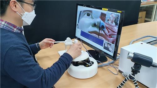 资料图片:研究组进行远程采样示范。 韩国机械研究院供图(图片严禁转载复制)