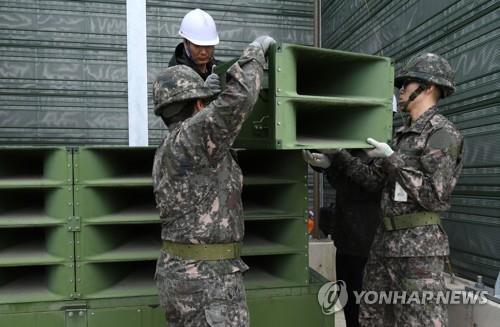 资料图片:2018年5月1日,在京畿道坡州市,韩国陆军官兵拆除对朝喊话扩音器。 韩联社