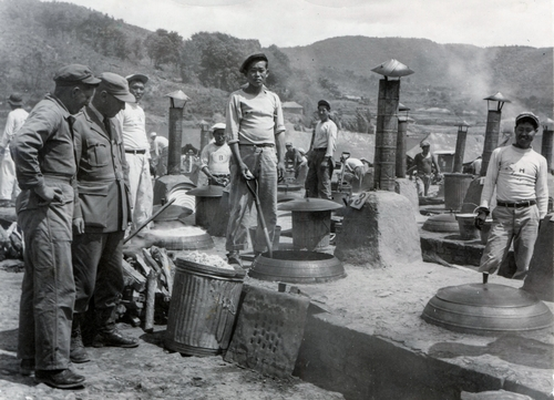 1951年6月4日,巨济战俘营的厨师们为囚犯做饭。 韩联社/ICRC供图(图片严禁转载复制)