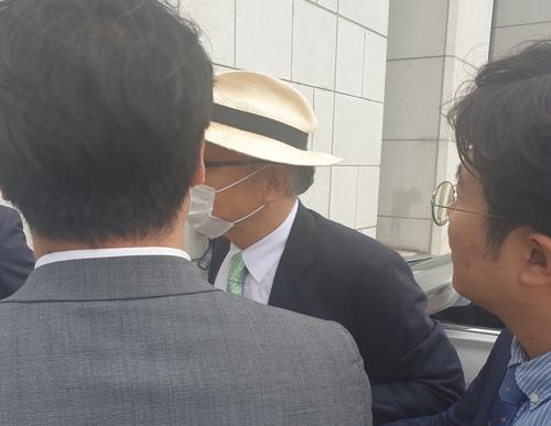 资料图片:6月26日,大检察厅调查审议委员会委员长、前大法官梁彰洙抵达大检察厅。 韩联社