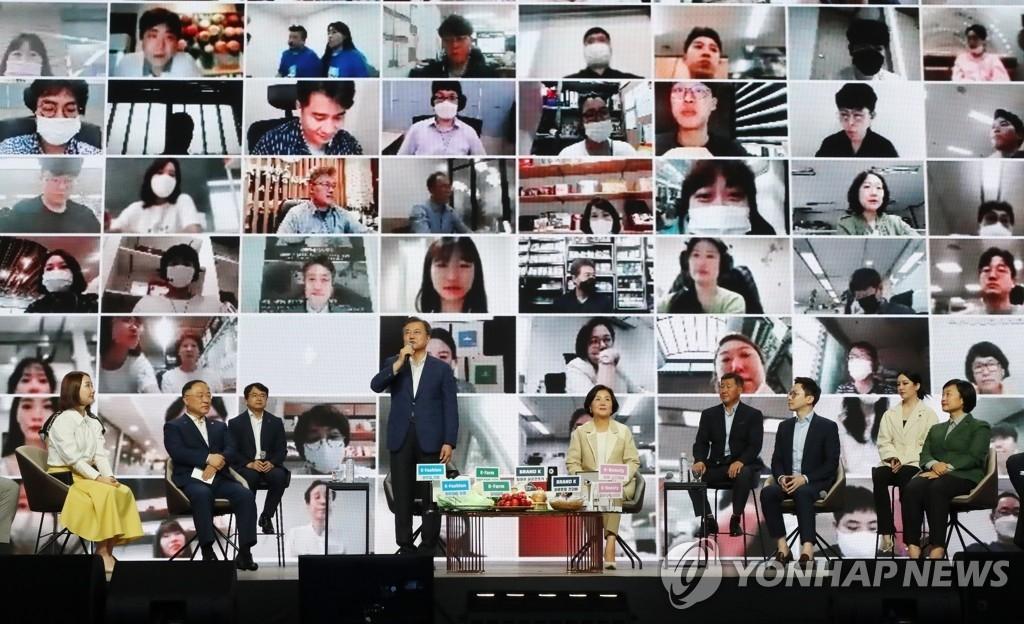 7月2日,在首尔市松坡区奥林匹克体操竞技场(KSPO DOME),韩国总统文在寅(左四)出席大韩民国同行购物节活动,并与全国生产商、经销商视频连线。 韩联社