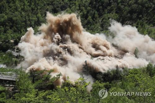 资料图片:2018年5月24日,朝鲜爆破拆除位于咸镜北道吉州郡的丰溪里核试验场。图为爆破现场照。 韩联社/联合摄影采访团