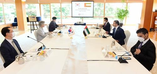 7月10日,在位于首尔的外交部长官官邸,康京和(左排左二)与阿卜杜拉(右排右二)举行会谈。 韩国外交部供图(图片严禁转载复制)