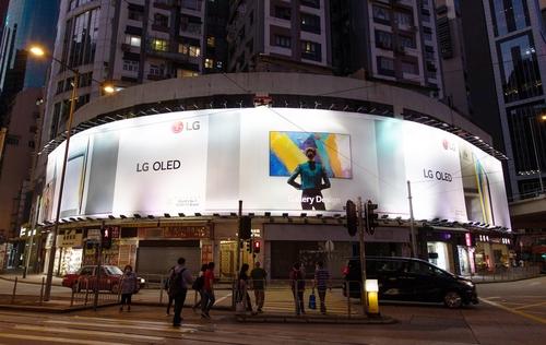 资料图片:LG OLED室外广告牌 韩联社
