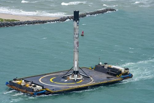 """资料图片:SpaceX用无人机船回收""""猎鹰9""""号一级火箭。 韩联社/SpaceX推特供图(图片严禁转载复制)"""