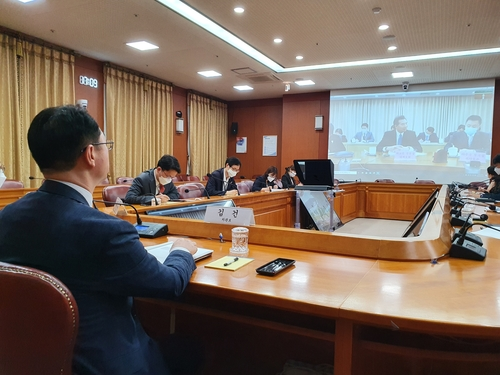 7月23日,韩国外交部次官补(外长助理)金健同中国外交部副部长罗照辉举行视频会议。 韩联社/外交部供图(图片严禁转载复制)