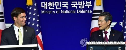 资料图片:韩国国防部长官郑景斗(右)与美国国防部长马克·埃斯珀 韩联社