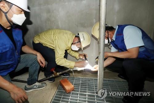 资料图片:检查自来水虫害 韩联社