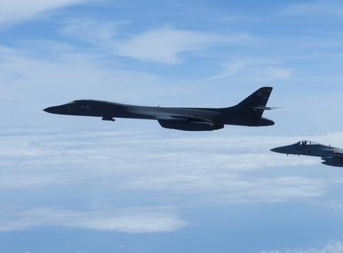 美派轰炸机参加美日联演 旋翼机罕见飞临半岛