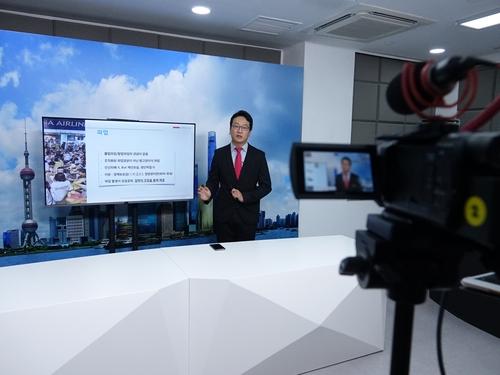 7月30日,在韩国驻上海领事馆,工作人员正在制作介绍中国法律信息的视频。 韩联社