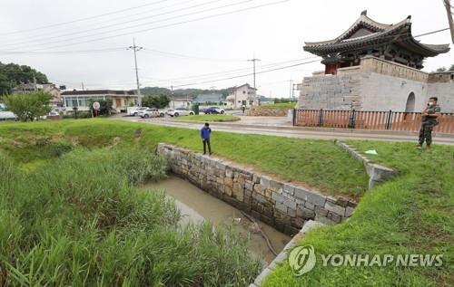 资料图片:这是仁川市江华郡的一处排水管道。据悉,弃韩投朝的脱北者金某的背包在此地被发现。 韩联社