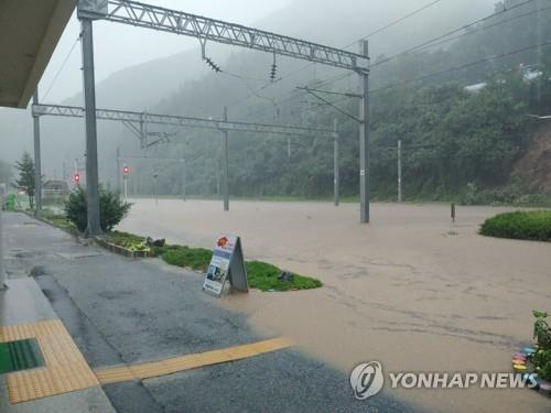 韩中部地区暴雨成灾 伤亡事故渐增