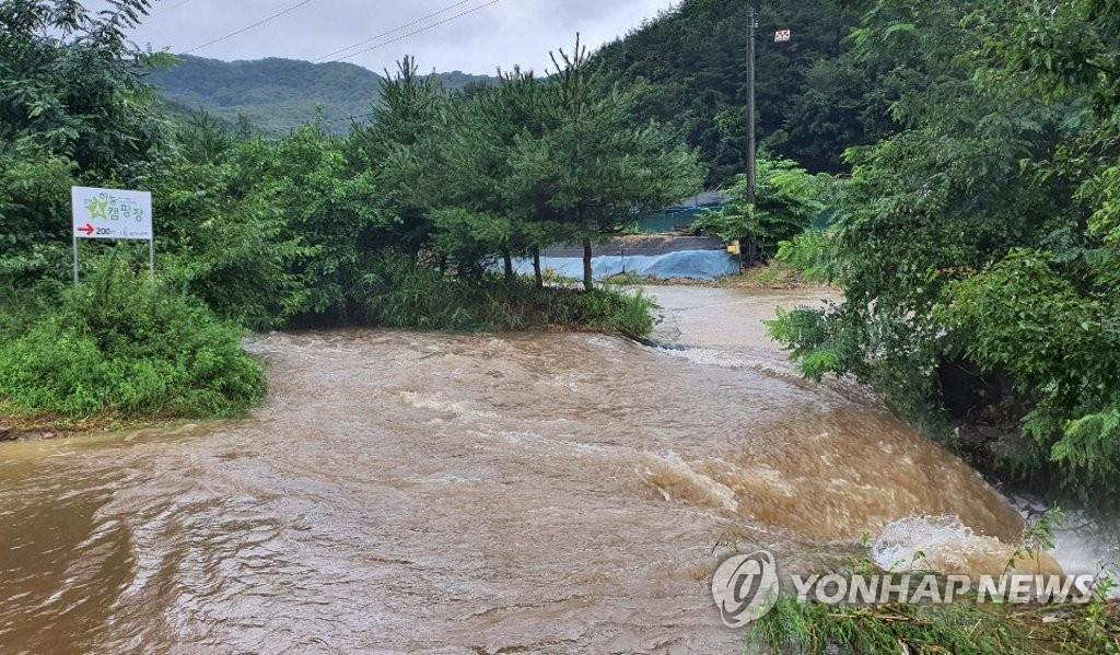 资料图片:8月3日,在江原道春川市,一处露营场地被水淹没。 韩联社
