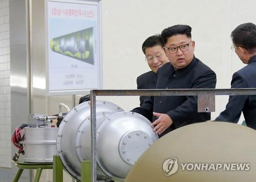资料图片:朝鲜国务委员会委员长金正恩现场指导核武器开发工作。 韩联社