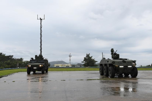 8月3日,在位于忠清南道泰安郡的韩国国防科学研究所安兴综合试验场,无人侦察车辆(右)进行路试。 韩联社/国防科学研究所供图(图片严禁转载复制)