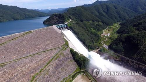 韩国汉江上游昭阳江坝开闸泄洪调整水位