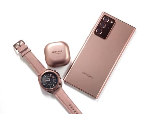 左起依次为三星电子智能手表Galaxy Watch3、蓝牙耳机Galaxy Buds Live、智能手机Galaxy Note20系列Ultra款。三星电子供图(图片严禁转载复制)
