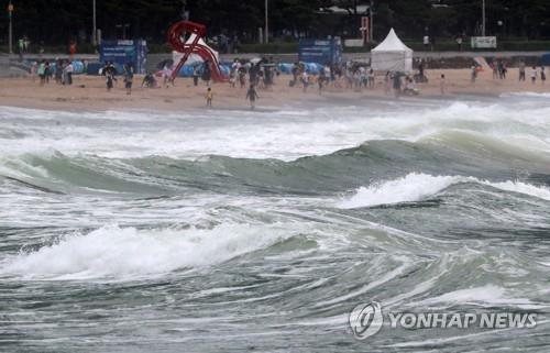 资料图片:这是釜山海云台海水浴场,摄于8月10日。 韩联社