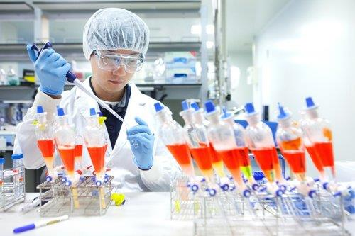 资料图片:SK生物医药科技公司研究人员在进行有关实验。 SK生物医药科技供图(图片严禁转载复制)