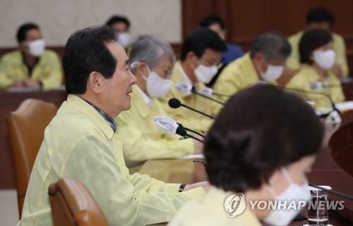 8月15日,韩国国务总理丁世均(右二)在中央灾难安全对策本部会议上发言。 韩联社