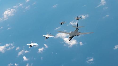 美军六架轰炸机罕见同时现身韩国东部海域上空。 美国太平洋空军司令部主页截图(图片严禁转载复制)