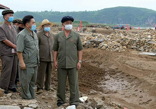 朝鲜总理金德训上任先赴洪灾区