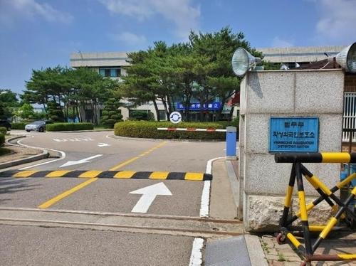 韩国外籍人员收容所已满 集体感染风险提升