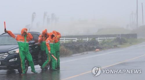"""资料图片:台风""""巴威""""造成交通事故。 韩联社"""