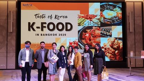"""8月26日,在位于泰国曼谷的卡尔顿酒店,参加""""韩餐在曼谷""""(K-Food in Bangkok)出口洽谈会的泰国进口商合影。 韩联社"""