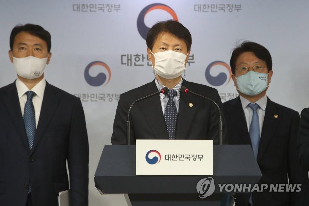 8月28日,在中央政府首尔办公楼,金刚立(居中)举行联合记者会。 韩联社