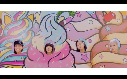 资料图片:《Ice Cream》MV预告视频截图 韩联社/YG娱乐供图(图片严禁转载复制)