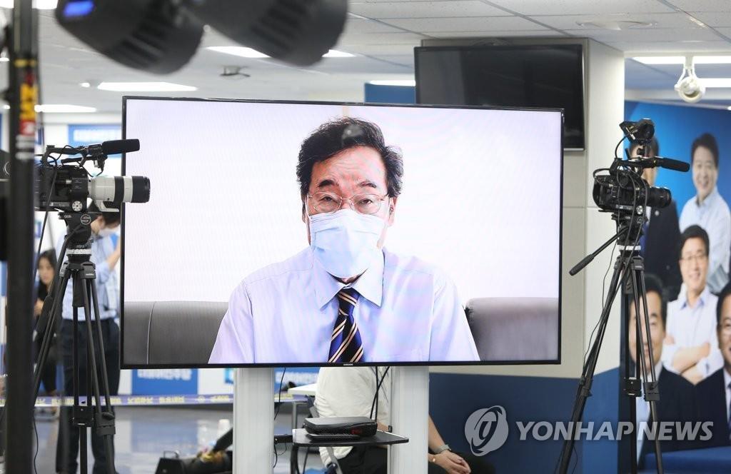 8月29日,在韩国执政党共同民主党全国代表大会上,李洛渊以视频连线方式发表意见。 韩联社/共同民主党供图(图片严禁转载复制)