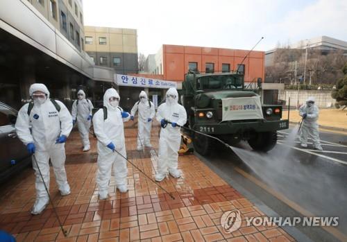 韩军生化防御司令部官兵参与消毒防疫工作。 韩联社