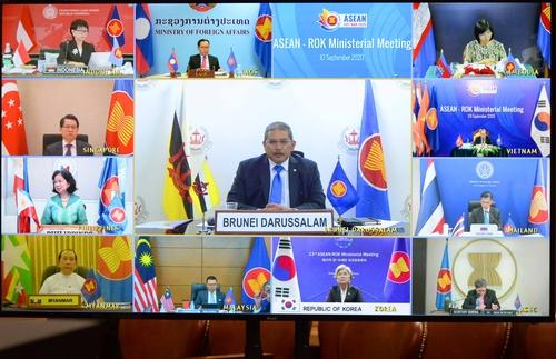 9月9日,韩国外长康京和(下排左三)在线出席东盟与韩中日(10+3)外长会。 韩联社