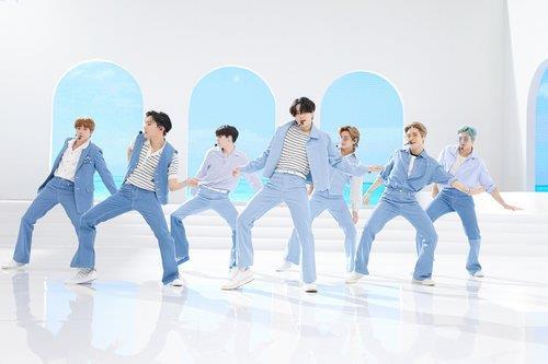 9月10日,人气男团防弹少年团(BTS)做客KBS第一频道黄金档新闻节目《NEWS9》,就新歌《Dynamite》连续两周登顶公告牌发表感言。图为防弹少年团出演美国全国广播公司(NBC)知名晨间脱口秀《今日秀》。 韩联社/Big Hit娱乐供图(图片严禁转载复制)