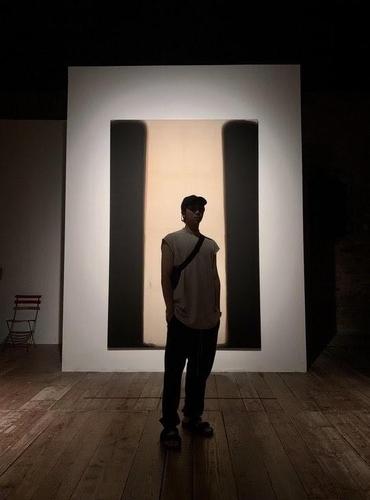资料图片:防弹少年团(BTS)成员RM欣赏美术作品。 韩联社/防弹少年团社交官网供图(图片严禁转载复制)