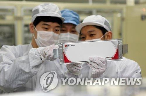 资料图片:LG化学生产的电池 韩联社/LG化学供图(图片严禁转载复制)