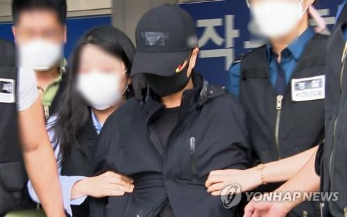 9月17日,在平泽警察署,A某到案受查。 韩联社TV供图(图片严禁转载复制)