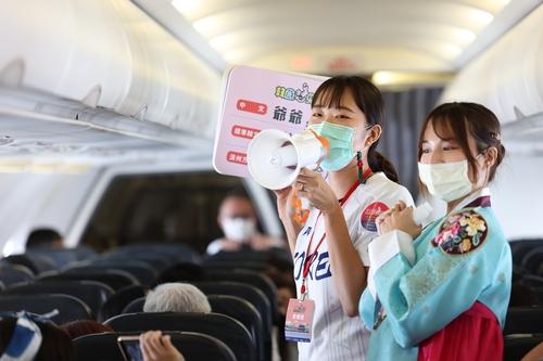 资料图片:9月19日,机组人员在机上进行文化体验活动。 韩国观光公社(图片严禁转载复制)