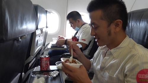 9月19日,台湾游客在机上享用飞机餐。 韩国观光公社(图片严禁转载复制)