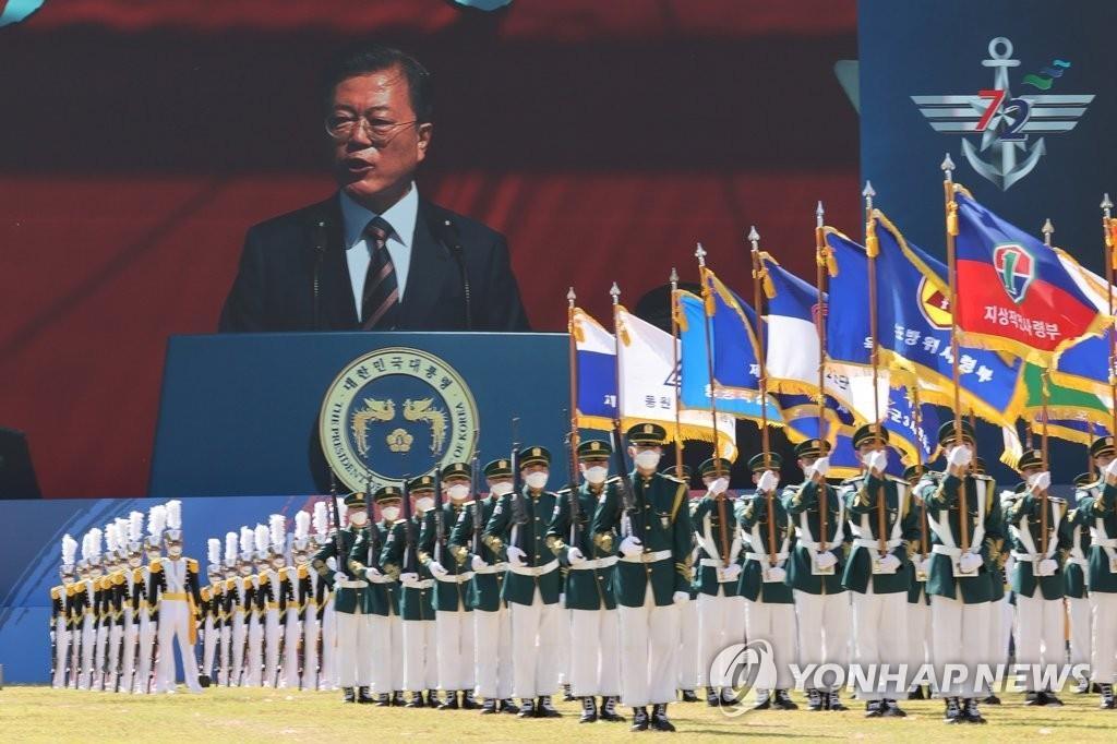 9月25日,在京畿道利川市的陆军特种作战司令部,文在寅出席第72个国军日纪念仪式并致辞。 韩联社