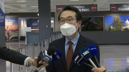 当地时间9月27日,韩国外交部韩半岛和平交涉本部长李度勋在美国华盛顿杜勒斯国际机场接受记者采访。 韩联社
